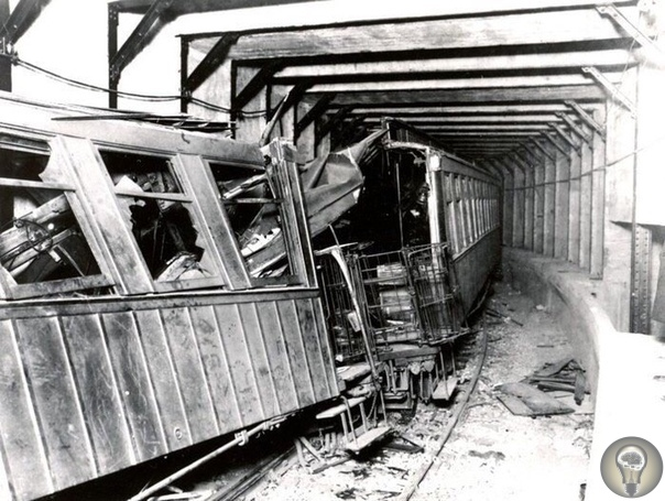 1 ноября 1918 года в Нью-Йорке сошел с рельс поезд метро и врезался в стену. Погибло около 100 человек.