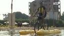 Египтяне катаются по Нилу на водном велосипеде