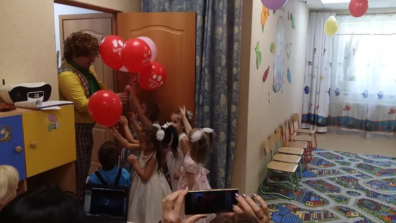 Карлсон дарит шарики деткам для их мам Утренник к 8 марта в средней группы садика АБВГДейка март 2020