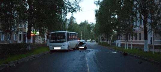 В Ухте водитель Suzuki въехал в стоящий автобус