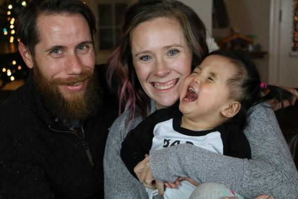Никто не хотел удочерять китайскую девочку с «серебряными глазами» Никто, кроме одной семьи из Америки.Сперва, конечно же, и девочке, и новоиспечённым родителям было тяжело: как минимум потому,