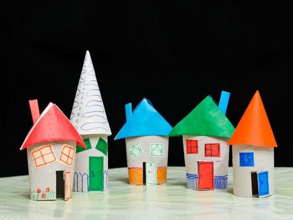 Сказочный городок из картонных втулок Находчивые мамы умеют сделать приключение для ребёнка из самых неожиданных материалов. Даже картонные втулки от туалетной бумаги или бумажных полотенец