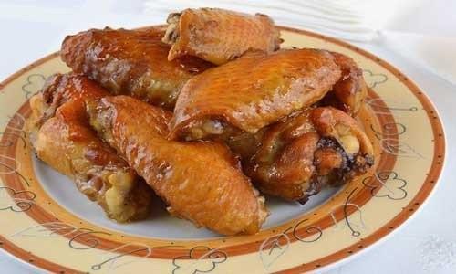 Запеченные куриные крылышки в духовке Куриные крылышки 500 грамм;Соевый соус 2 столовые ложки;Растительное масло 1 столовая ложка;Мед 2 чайных ложек;Чеснок 2 небольшие зубчика;Соль по