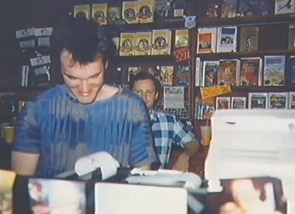 Квентин Тарантино за работой в видеопрокате, Калифорния, 1980-е.