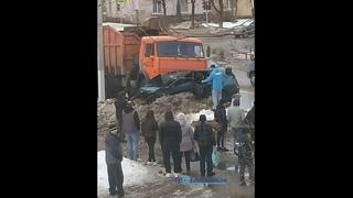 В Твери КАМАЗ подмял под себя легковушку