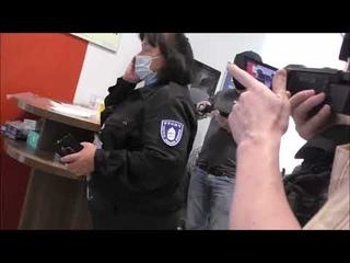 Журналисты пришли брать интервью у сотрудников МФЦ, из которого полицейские волокли по полу женщину.