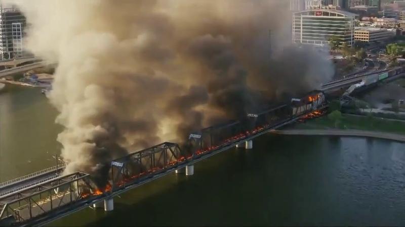 Грузовой поезд сошёл с рельсов и загорелся на мосту в Аризоне США