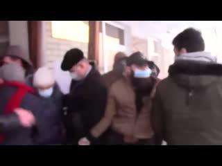 В Пермском крае депутаты гордумы Александровска подрались с горожанами.