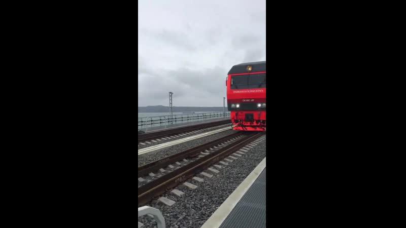 Passage d'un train à deux étages sur le pont de Crimée