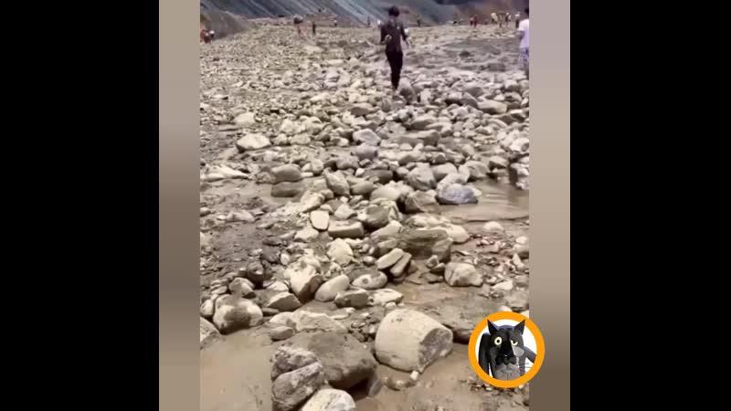 Сход горы завалило два экскаватора Работа не Волк