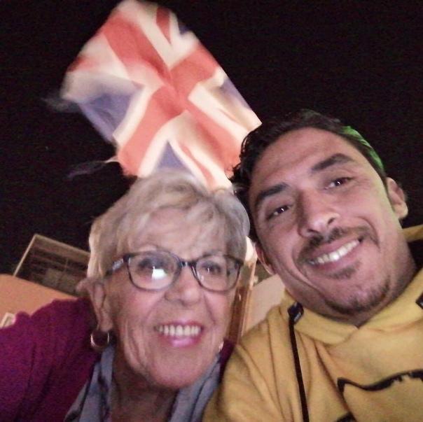 35-летний мужчина из Египта по имени Ахмед нашёл любовь всей своей жизни, ей оказалась 80-летней пенсионерки из Великобритании Они познакомился по переписке.Несмотря на различные стереотипы
