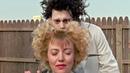Эдвард делает стрижки женщинам. Эдвард Руки-ножницы 1990 год.