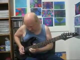 Сын Димана Брикеля играет на гитаре.