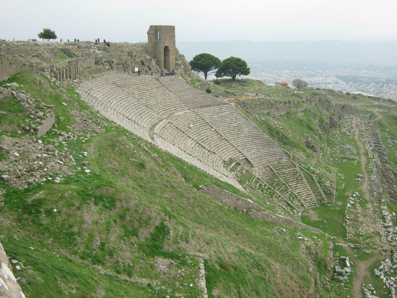 амфитеатр в Пергамон на фоне Бергама