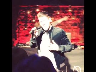У ника прошла эксклюзивная вечеринка для фанатов в лондоне, где они смогли послушать песни в его исполнение и пообщаться с ним.