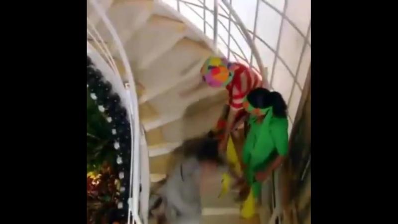 Алинне Мораес и ее падение по лестнице вниз © Два лица 2007 2008
