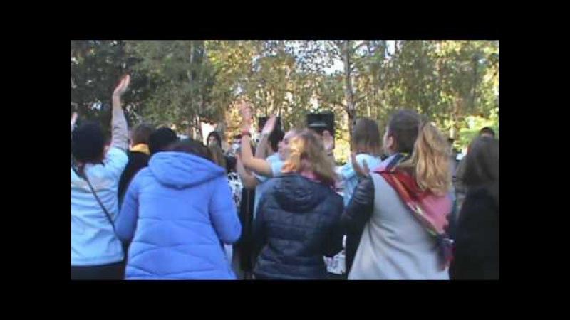 Конкурсы студентов возле Белой Беседки. Поедание пирожков.