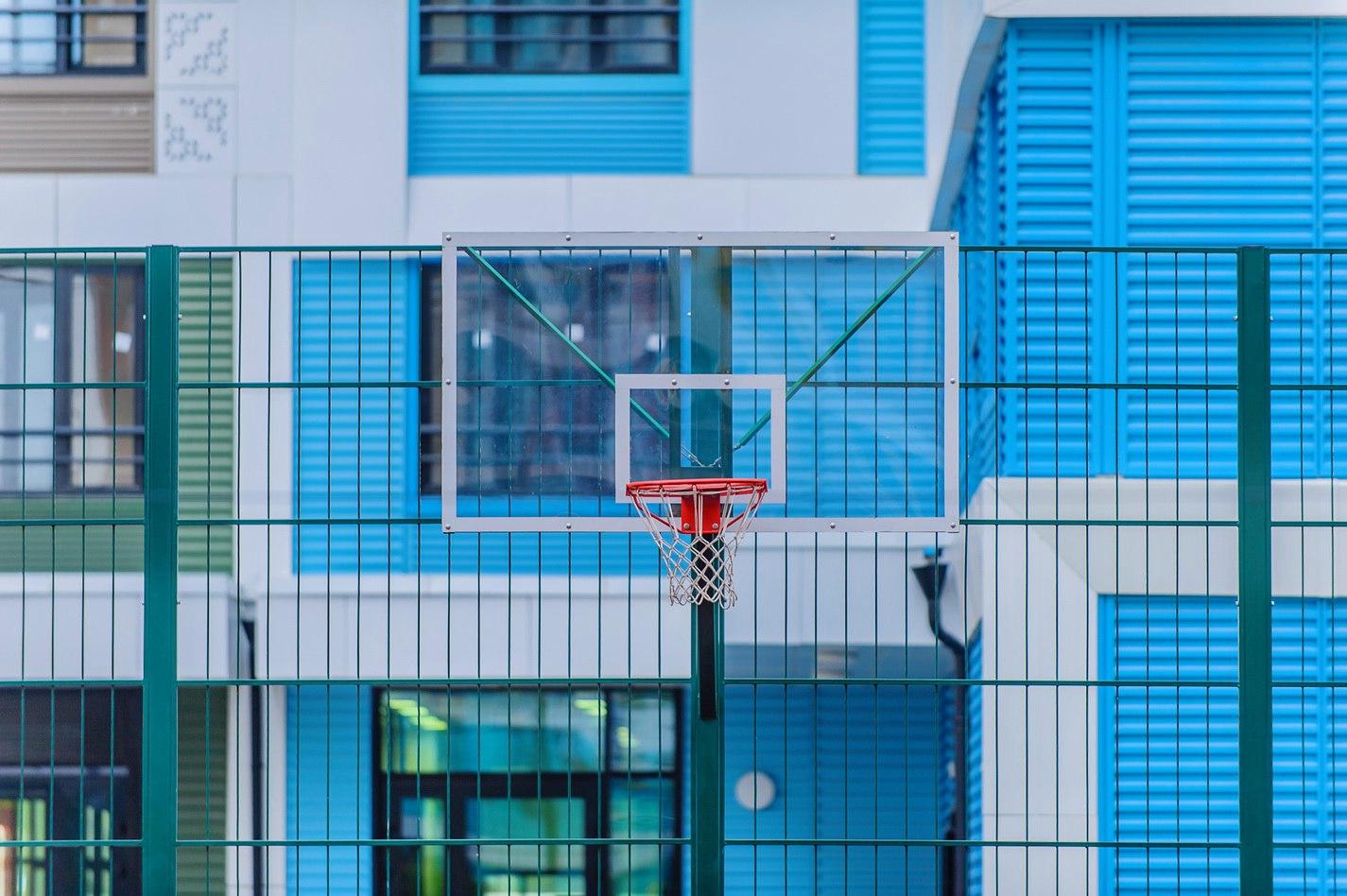 """Волейбольная-баскетбольно-футбольная площадка с беговыми дорожками вокруг и воркаут-тренажёрами - в ЖК """"Крылья"""" IPPtERdYOgg"""