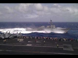 Американский эсминец УРО USS Dewey (DDG-105) в свежую погоду идет против океанской волны; съемка с атомного авианосца