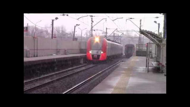ЭП2К-221 с пассажирским поездом и ЭС1-020, платформа Покровская
