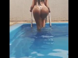 Claudia Alende голая в бассейне [попки,велика попа, большая попа, большие попы