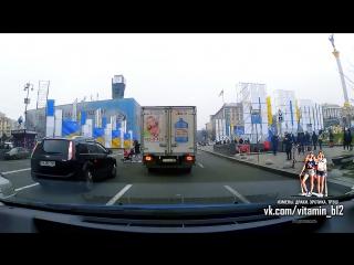 """Девушка с коляской переходит дорогу в Киеве Украина. """"Яжемать"""""""