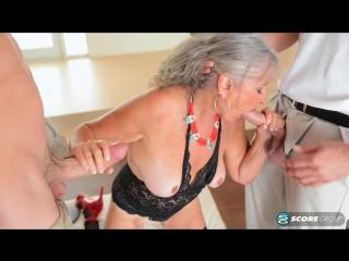 Пожилая бабенка развлекается с двумя мужиками на глазах мужа куколда