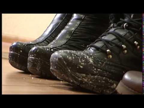 Білі розводи на взутті: як позбутися проблеми?