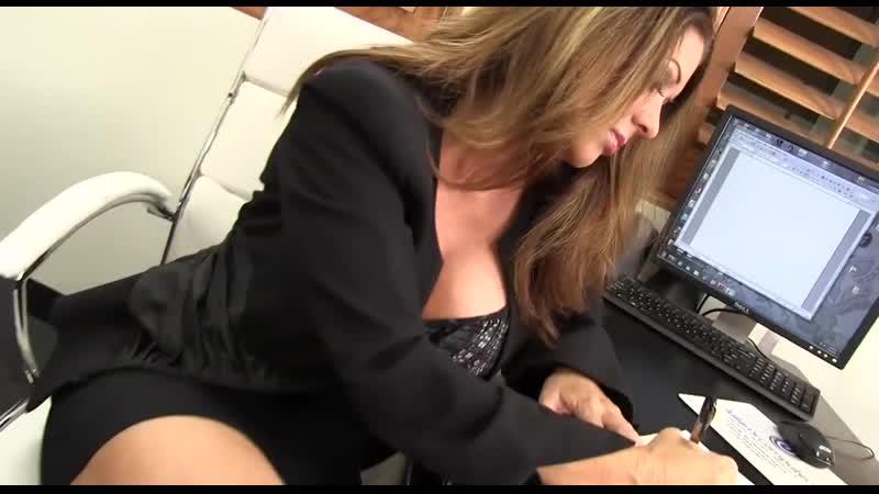 Ее трахает весь офис