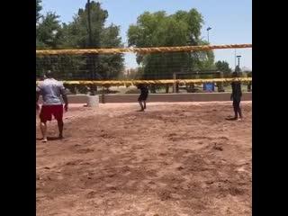 Парни играют в волейбол очень тяжелым мячом
