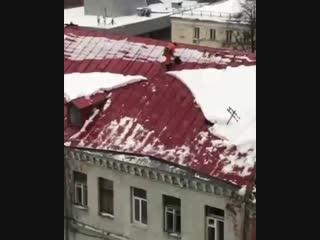 Дворник упал с крыши во время чистки снега в Москве
