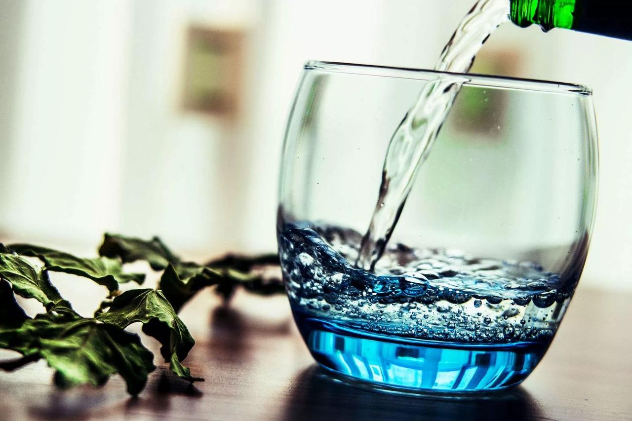 картинка вода переливается из стакана в стакан квартира деревянном