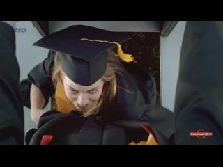 Девушка отсосала выпускнику под трибуной (кончил в рот телке, проглотила сперму, взяла в рот для прикола)
