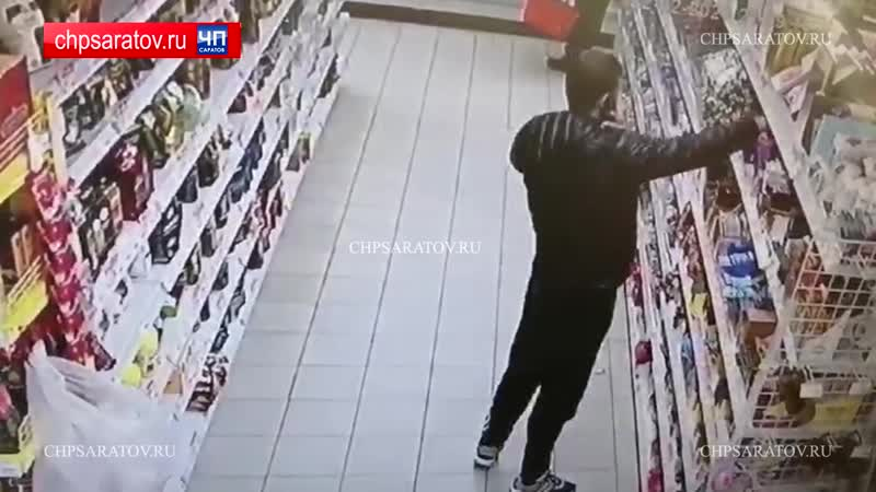 Саратовец брызнул газом продавцу в лицо и украл 73 плитки шоколада