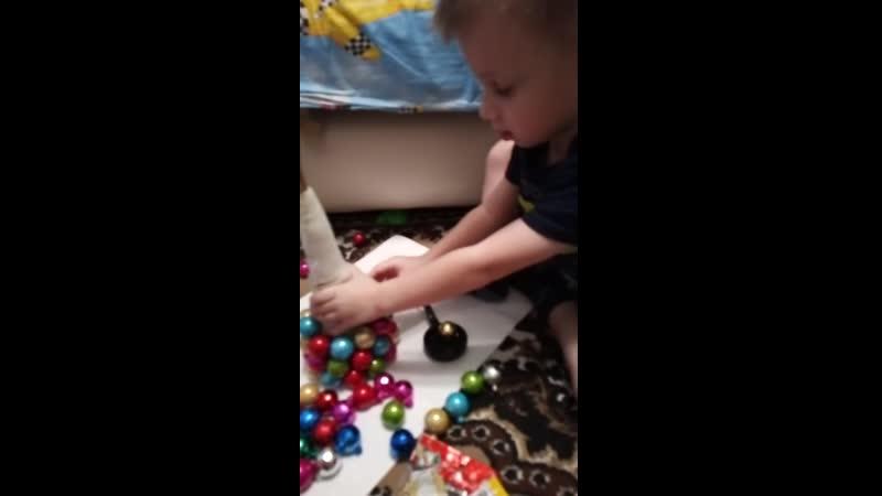 Сынок делает ёлку в детский садик.