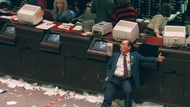 Измученный трейдер в конце худшего дня в истории фондового рынка, вошедший в историю как «Черный понедельник», 19 октября 1987 года