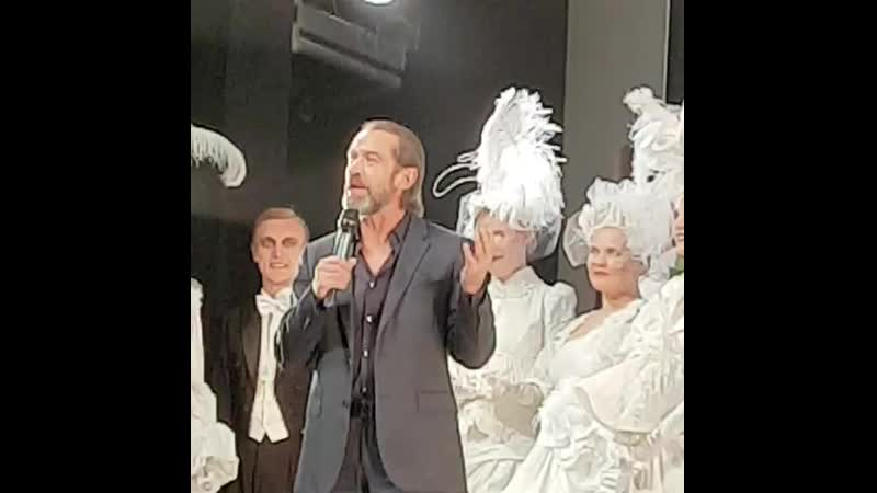 Владимир Машков и труппа театра поздравляют Дашу с премией Хрустальная Турандот