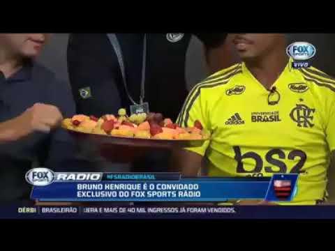 Bruno Henrique come morango, fazendo alusão ao inter de Porto Alegre, após a vitória por 2x0