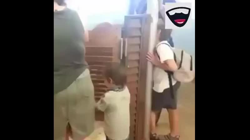 Kind kriegt Tür in die