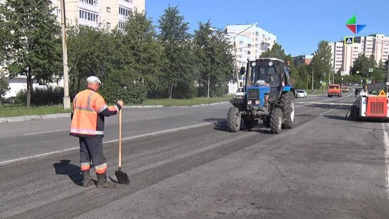 На улице Мира УГХ Лесного проводит работы по устранению колейности и замене лежачих полицейских