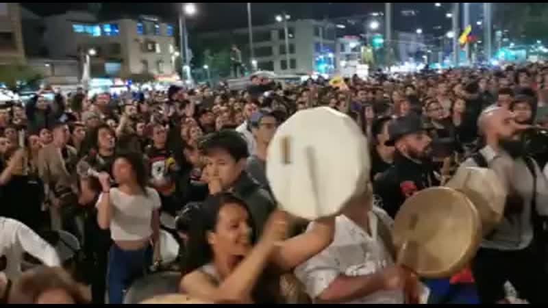 Así se vive en este momento la tamborada en la calle 85 de Bogotá Música y baile en el paro