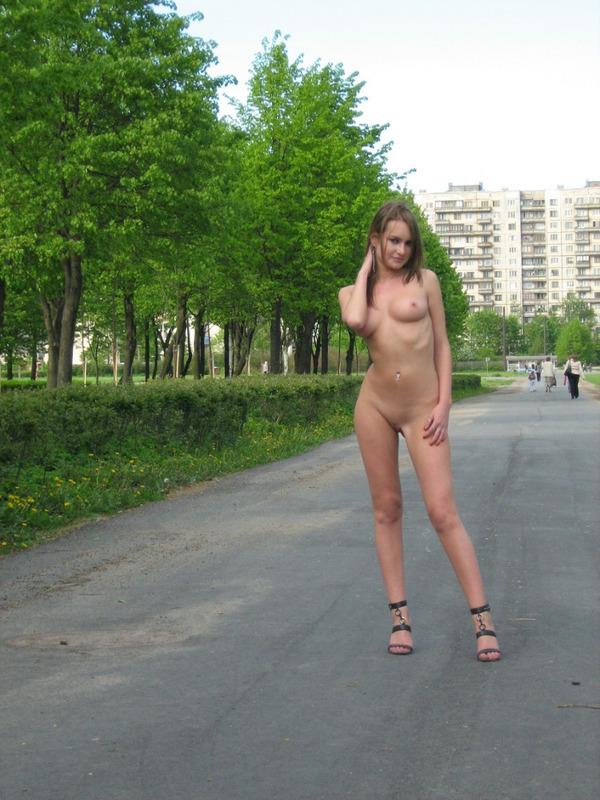 Две Девчонки Голые Гуляют По Городу
