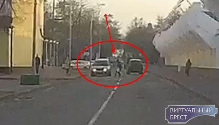 Девушка опрометчиво перебегала дорогу. Водитель успел затормозить в сантиметрах от талии