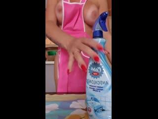 Сексуальная жена готовит на кухне и снимает своё сочное тело на видео (развратная мамка)