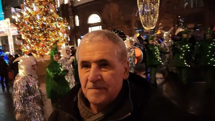 Bukreev Под дождём отплясывают ёлочки с зайцами Танцы Сияет огнями ёлка Новогодняя ночь Арки переливаются огнями Путешествие в