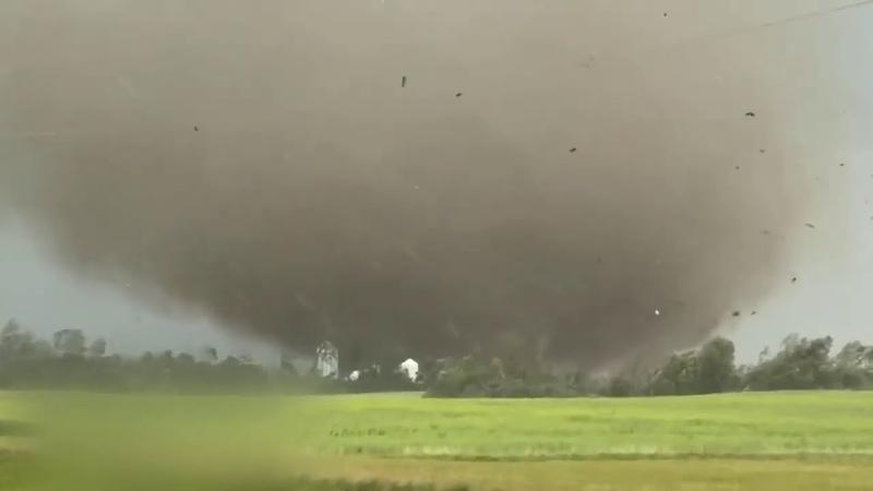 VIOLENT TORNADO from close range Образование мощного торнадо снятого с близкого расстояния