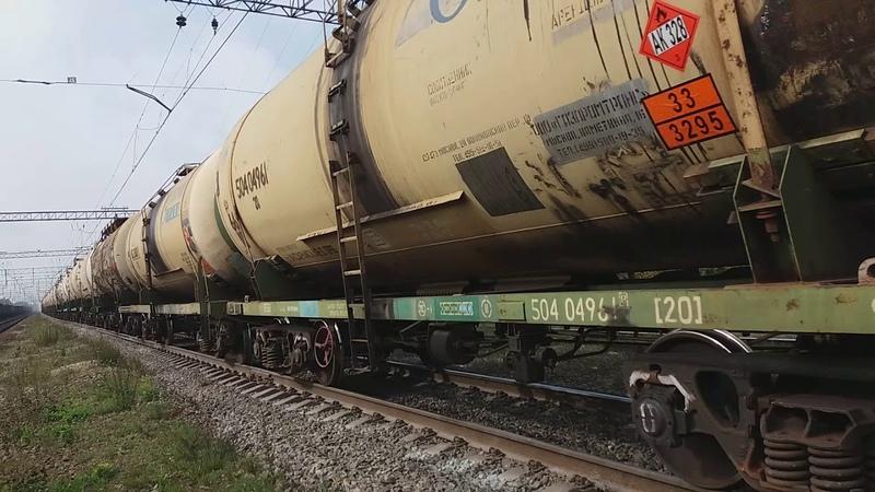 Тепловоз ВЛ10-864 с грузовым составом и встречный тепловоз ВЛ10-1462 с оборудованием