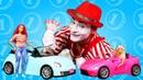 Vidéo drôle pour enfants Jeux avec Barbie Le mime vend les voitures