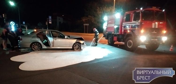 Ночью перевернулся автомобиль такси Сити, он столкнулся с БМВ