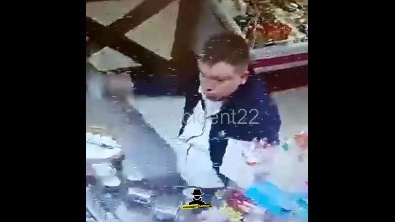 В барнаульском пивбаре буйный посетитель разбил банкой тушенки голову продавцу Инцидент Барнаул